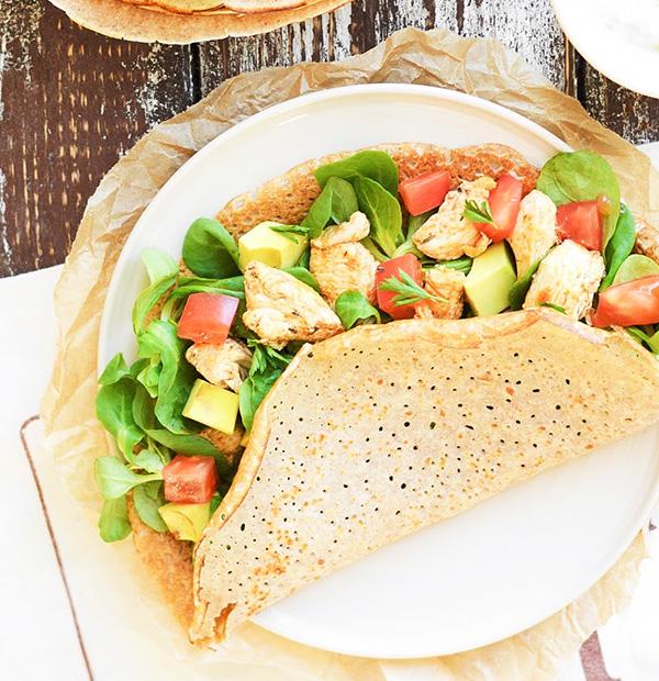 Naleśniki gryczane z kurczakiem, pomidorem i awokado