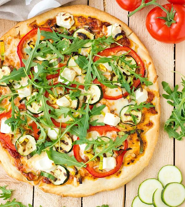 Pizza z grillowaną cukinią, papryką i fetą