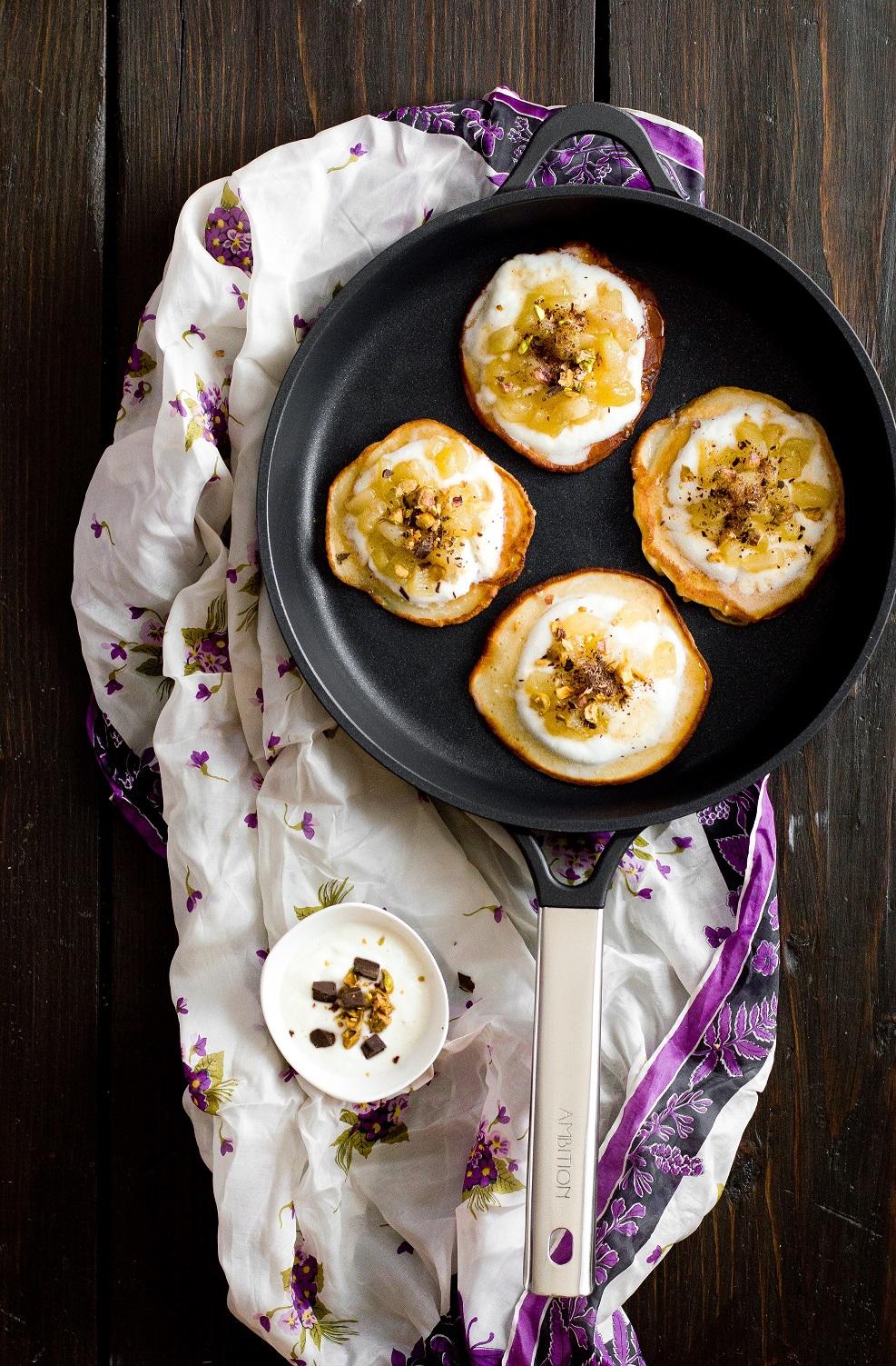 Placuszki z karmelizowaną gruszką, pistacjami i czekoladą